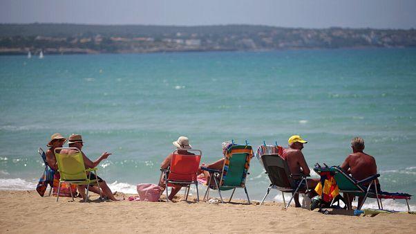 Τουρίστες και ντόπιοι απολαμβάνουν τον ήλιο και την θάλασσα