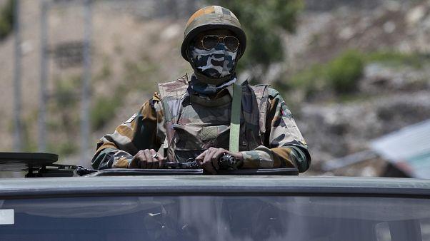عسكري هندي على متن آلية