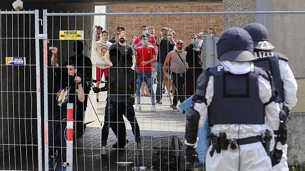 Almanya'nın Göttingen kentinde, çoğu göçmen 700 kişinin bulunduğu binada uygulanan karantinayı delip çıkmaya çalışanlara polis müdahale etti