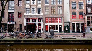 Una strada del quartiere a luci rosse di Amsterdam