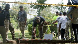 Adli tıp uzmanları, 1989'ki ABD işgalinin kurbanlarının kalıntılarını araştırmak için Panama'daki Jardin de Paz mezarlığında çalışırken