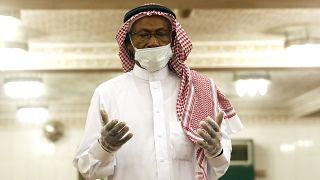 شخص يرتدي كمامة وقفزات أثناء الصلاة في أحد مساجد جدة