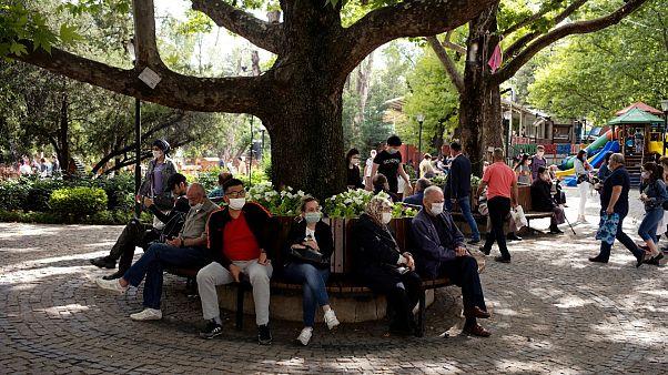 Ankara Kuğulu Park'ta maskeyle oturanlar