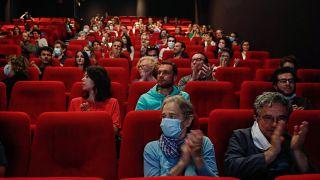 """Les spectateurs applaudissent avant la projection du film """"Les Parfums"""", le 21 juin 2020 à Paris,"""