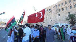 Libya'nın başkenti Trablus'ta toplanan göstericiler Mısır'ın askeri müdahale tehdidinde bulunmasını Libya ve Türk bayrakları taşıyarak protesto etti.