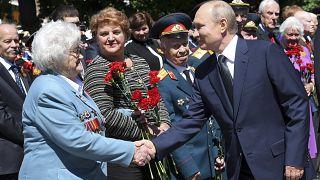 Владимир Путин приветствует ветеранов