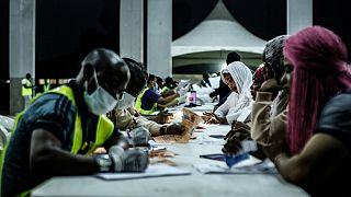 Мигранты проходят регистрацию после возвращения из Ливии