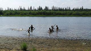Sibirya'nın Saha bölgesinin Verkhoyansk kasabasında Krugloe Gölü'nde yüzen çocuklar. (Bölgede sıcaklık 38 dereceyi gördü)