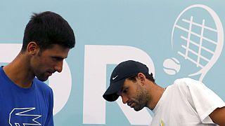 Novak Djokovics a már biztosan fertőzött Grigor Dimitrov mellett
