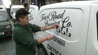 Covid-19: İngiltere'de barlar kapanınca kamyonetle bira servisine başladı