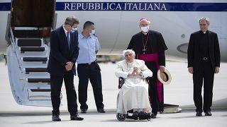 Emeritierter Papst Benedikt mit dem bayerischen Ministerpräsidenten Markus Söder am Flughafen München