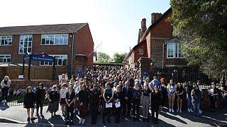 Colleghi e studenti dell'insegnante James Furlong durante il minuto di silenzio allate James Furlong durante il minuto di silenzio alla Holt School a Wokingham, in Inghilterra