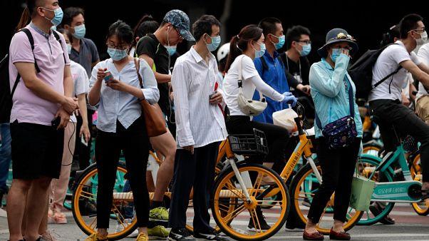 Mascherine per tutti per le strade di Pechino, per frenare la diffusione del coronavirus