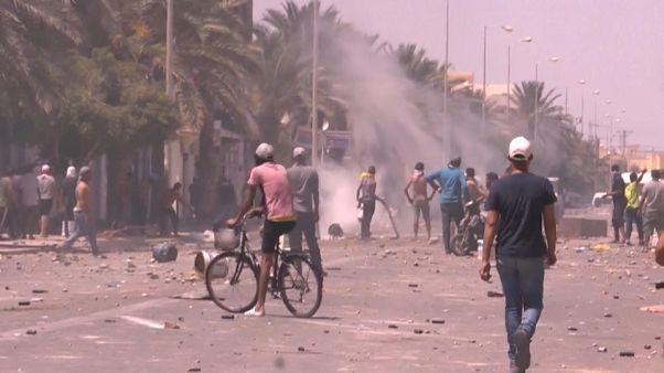 محتجون في مواجهة رجال الشرطة في ولاية تطاوين في الجنوب التونسي، يطالبون بتوظيف عاطلين عن العمل - 2020/06/22