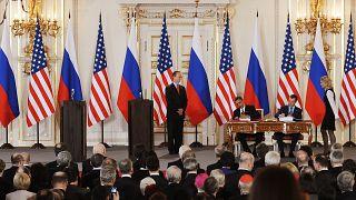 الرئيس الأمريكي السابق باراك أوباماوالرئيس الروسي السابق ديمتري ميدفيديف يوقعان معاهدة تخفيض الأسلحة الاستراتيجية الجديدة في براغ في 8 أبريل 2010.