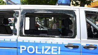 Demoliertes Polizeiauto in Stuttgart