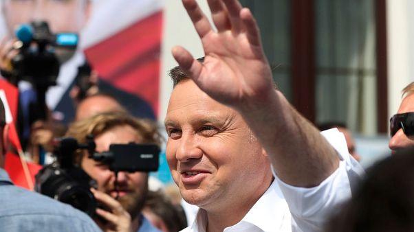 Il presidente polacco Andrzej Duda saluta i suoi sostenitori, durante la campagna per il secondo mandato a Serock, Polonia