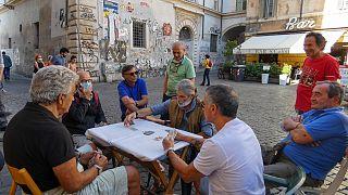 Una partita a carte nel rione romano di Trastevere