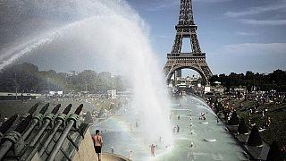 Abkühlung in Paris in den Brunnen des Trocadero im Juni 2019.