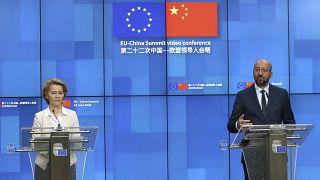 La presidenta de la Comisión Europea Ursula von Der Leyen y el presidente del Consejor Europeo Charles Michel en una anterior cumbre entre la UE y China en junio de 2020.