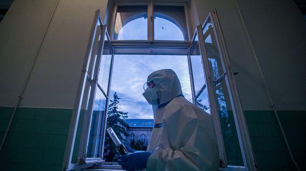 Ápolónő védőfelszerelésben az éjszakai műszakban a koronavírussal fertőzött betegek fogadására kialakított osztályon a fővárosi Szent János Kórházban