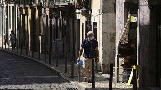 В Лиссабоне введены меры изоляции, сильнее всего новой вспышкой COVID-19 затронуты бедные кварталы столицы Португалииы