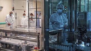 Επίσκεψη του Ε. Μακρόν σε εργαστήριο της Sanofi