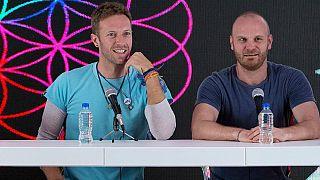 Chris Martin, y Will Champion, participan en una conferencia de prensa en el Foro Sol de la Ciudad de México, el 15 de abril de 2016.