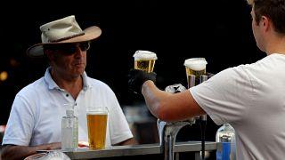 Pubs e restaurantes vão reabrir em Inglaterra