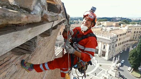 Rope-climbing workers help restore Rome landmark