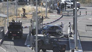 صورة أرشيفية لقوات إسرائيلية بعد مقتل فلسطيني عند حاجز إسرائيلي