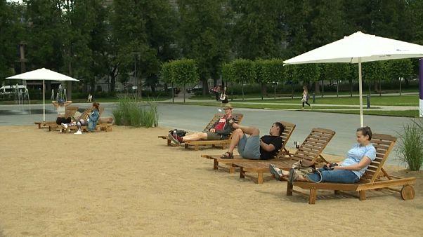 μια αμφιλεγόμενη παραλία σε πλατεία στο Βίλνιους