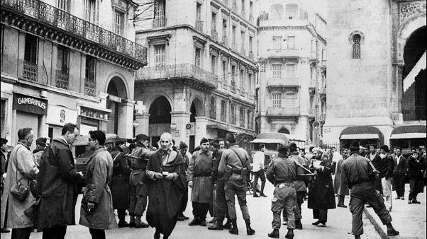الجنود الفرنسيون يقيمون نقطة تفتيش في 12 ديسمبر 1960 في الجزائر العاصمة في أسفل القصبة