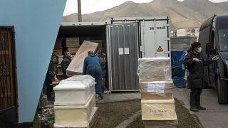 Des employés des pompes funèbres amènent des cercueils au cimetière El Angel, à Lima - capitale du Pérou -, le 23 juin 2020