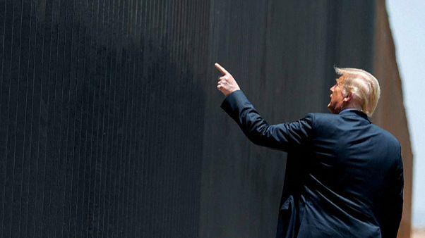 Donald Trump señala el muro con México en Arizona