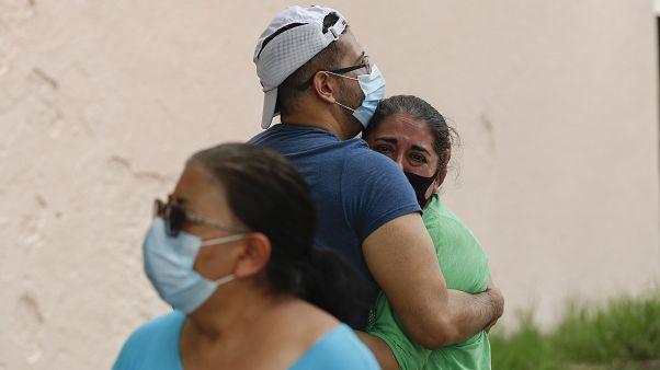 Bewohner eines Hauses in Mexiko-Stadt warten darauf, dass sie wieder ins Gebäude können