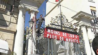 Des militants d'Extinction Rebellion montent sur les grilles du ministère de l'Intérieur à Paris