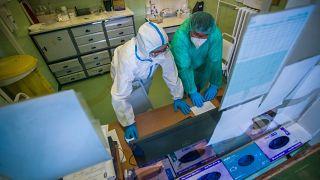 A koronavírussal fertőzött betegek fogadására kialakított osztály a fővárosi Szent János Kórházban