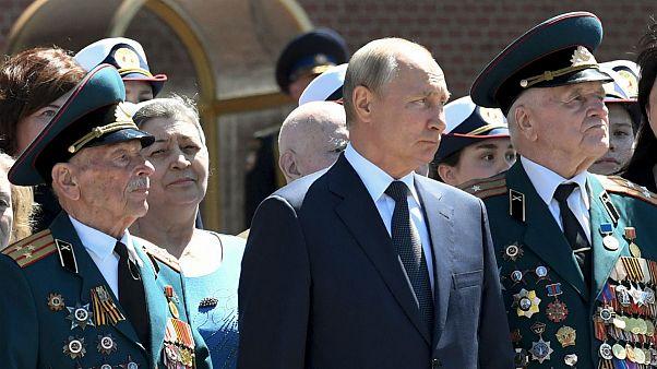 Russian President Vladimir Putin, center