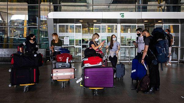 گروهی از مسافران در یکی از فرودگاههای اسپانیا