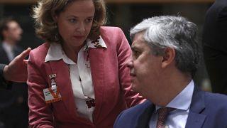Nadia Calviño, ministra de Economia de España, con el presidente saliente del Eurogrupo Mario Centeno