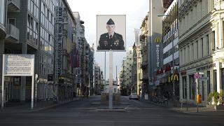 صورة جندي أمريكي سابق تظهر عند نقطة تفتيش تشارلي في برلين