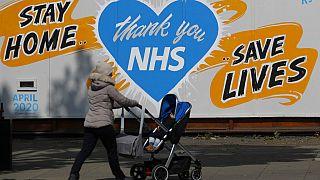 Az egészségügyi dolgozók erőfeszítéseit megköszönő plakát Londonban