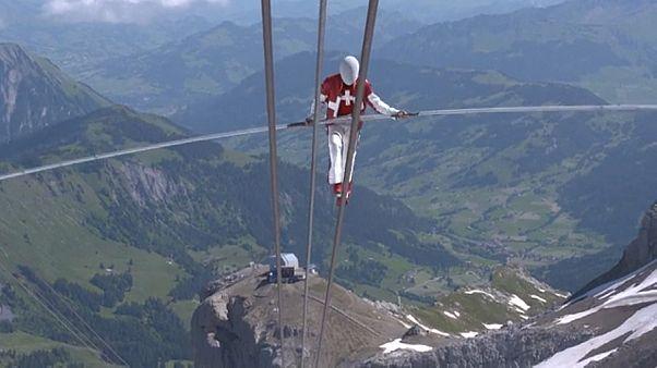 شاهد: السويسري فريدي نوك يحقق 3 أرقام قياسية جديدة في المشي على الحبل