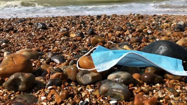 GB: spiagge invase da guanti e mascherine. Il Covid fa male anche all'ambiente