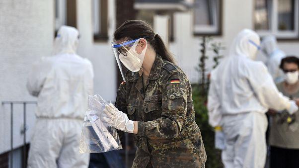 El personal médico y los miembros del Ejército alemán hacen pruebas de COVID-19 a los empleados de Tönnies y sus familias que están en cuarentena en Alemania.