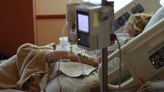 سيدة مستلقية على سرير في المستشفى
