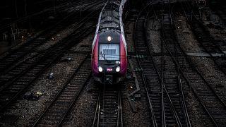 إنحراف قطار يربط العاصمة باريس بضواحيها عن مساره