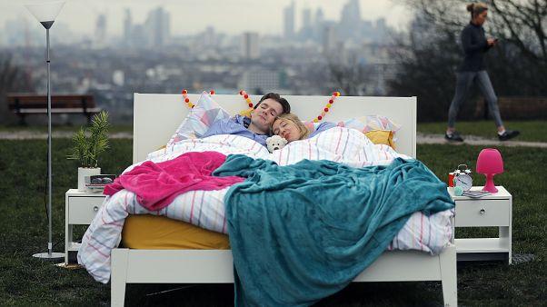 Paar im Bett.