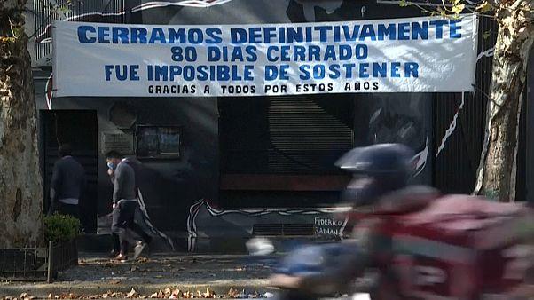 Un cartel anuncia el cierre definitivo de un establecimiento comercial en Buenos Aires